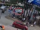 Chạy ngược chiều, tài xế xe bán tải lùi tốc độ cao cán chết người đi xe đạp