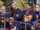 Barcelona diễu hành mừng vô địch, khoe hai cúp tại Catalonia
