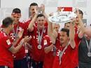 Thua thảm Stuttgart, Bayern Munich đăng quang với màn tắm bia