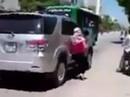 """Xuất hiện clip vợ """"đu"""" theo ô tô của chồng để… đánh ghen"""