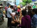 """Đám đông vây bắt 2 kẻ """"đá xế"""" ở quận 10 - TP HCM"""