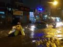 Mưa gần 2 giờ, nhiều tuyến đường ở TP HCM, Cần Thơ ngập sâu