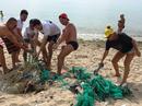 """Du khách nước ngoài dọn rác biển Nha Trang vì """"không chịu nổi"""""""