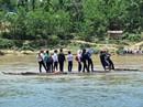 Thương cảnh học sinh đến trường phải bơi sông, kéo bè