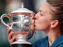 Halep xúc cảm trên bục nâng cúp Roland Garros 2018