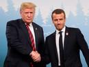 """Ông Trump biến sắc sau cái bắt tay lạ lùng của """"bạn thân"""""""