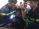 Dùng máy cắt giải cứu tài xế bị thương mắc kẹt trong cabin dập nát