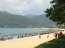 """Hàng ngàn người """"đội nắng"""" giữa trưa tắm biển ngày Tết Đoan Ngọ"""