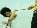 Bạn của cha đánh bé gái 4 tuổi té ngã đập đầu xuống nền gạch tử vong