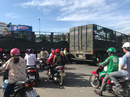 Ách tắc nghiêm trọng vì 2 xe tải vượt đèn đỏ, chắn ngang đường