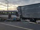 Xe khách tông xe tải trên Quốc lộ 20, 18 người vào cấp cứu
