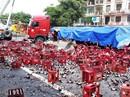 Xe đầu kéo nổ lốp rồi tông dải phân cách, hàng ngàn chai bia đổ kín đường