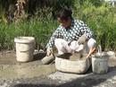 Người phụ nữ nghèo hơn 10 năm bỏ tiền túi vá đường