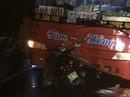 Xe máy găm vào đầu xe khách, 2 mẹ con tử vong