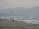 Bão sắp đổ bộ, mưa to sóng lớn, nhiều du khách vẫn lao xuống biển Cửa Lò tắm