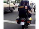Nhân viên bảo vệ giắt súng nghênh ngang giữa phố