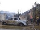 """Cháy xưởng sơn, khói lửa mù mịt khiến đại lộ Thăng Long """"tê liệt"""""""