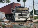 Cổng chào bị sập đè xe container, tài xế kẹt trong cabin