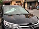 Bảo vệ đập liên tiếp vào ô tô tiền tỉ đỗ trước cổng ngân hàng