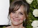 Diễn viên thắng Oscar 71 tuổi tiết lộ từng bị cha dượng lạm dụng