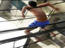Tạm giữ nam thanh niên nghi bị ngáo đá cố thủ trên mái nhà dân