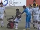 Trọng tài bị đá gục trên sân, bóng đá Indonesia hỗn loạn