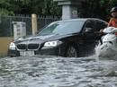 """TP HCM: """"Khu nhà giàu"""" lại ngập, xe chết máy, nước tràn vào nhà"""