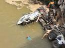 Xe đầu kéo tông gãy thành cầu lao xuống cầu, tài xế mắc kẹt trong cabin