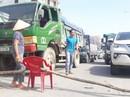 Dân rào đường phản đối xe tải chở đất gây ô nhiễm
