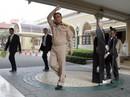 """Thủ tướng Thái Lan """"nhường"""" hình nhân bìa cứng tiếp báo giới"""