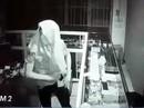 Video: Tên trộm trùm kín mít, đột nhập tiệm điện thoại