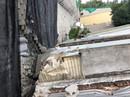 Cưỡng chế bức tường chắn khổng lồ sai phép treo đầu dân