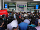 Ngàn người vật vạ ở sân bay Tân Sơn Nhất chờ đón Việt kiều