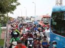 Cầu Bình Triệu kẹt cứng, khách chạy bộ vào Bến xe Miền Đông
