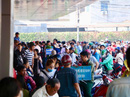 Khách xếp hàng đông nghẹt, chờ mua vé ở Bến xe Miền Tây