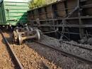 Tàu chở hàng trật bánh, đường sắt lại ách tắc