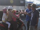 CSGT Đồng Tháp phát nước, khăn lạnh cho người dân trên đường về quê ăn Tết
