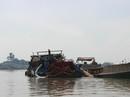 """""""Cát tặc"""" lợi dụng nghỉ Tết để hút cát trộm trên sông Đồng Nai"""