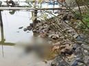 Thi thể người đàn ông mặc áo khoác, đi giầy trôi trên sông Lam