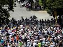 Mất điện sang ngày thứ ba, biểu tình lớn chực chờ Venezuela