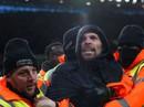 Sốc với cảnh fan cuồng tấn công thủ quân Aston Villa trên sân