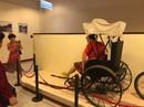 Du khách Trung Quốc ngang nhiên ngồi lên hiện vật ở Bảo tàng Đà Nẵng