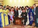 Chủ tịch Triều Tiên Kim Jong-un vui vẻ đánh thử đàn bầu, đàn K'lông pút