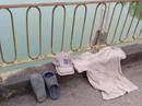 Người đàn ông cởi áo, bỏ mũ, nhảy sông tự tử trước sự bàng hoàng của nhiều người