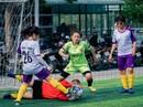 Tháng 3, các cô gái văn phòng chơi bóng đá phủi