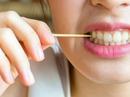 Một phụ nữ xỉa răng bị tăm đâm thủng ruột