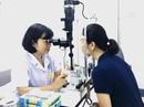 Nữ sinh 16 tuổi suýt mù vì dụi côn trùng bay vào mắt