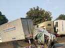Xe container tông giập nát xe bán tải chờ đèn đỏ, 2 người nguy kịch