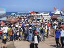 Bất chấp nắng nóng dòng người vẫn đổ về đảo Lý Sơn để giải nhiệt