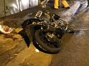 """TP HCM: Xe máy """"độ"""" lao vào lề đường, xe container đổ dốc gây họa"""
